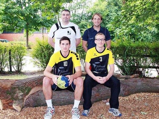 Zwei von fünf Neuen: Trainer Andre Bailey (hinten links) und Co-Trainer Gero Leveringhaus zusammen mit den Zugängen Max Römer (vorne, links) und Tobias Diekmann. Foto: Huneke